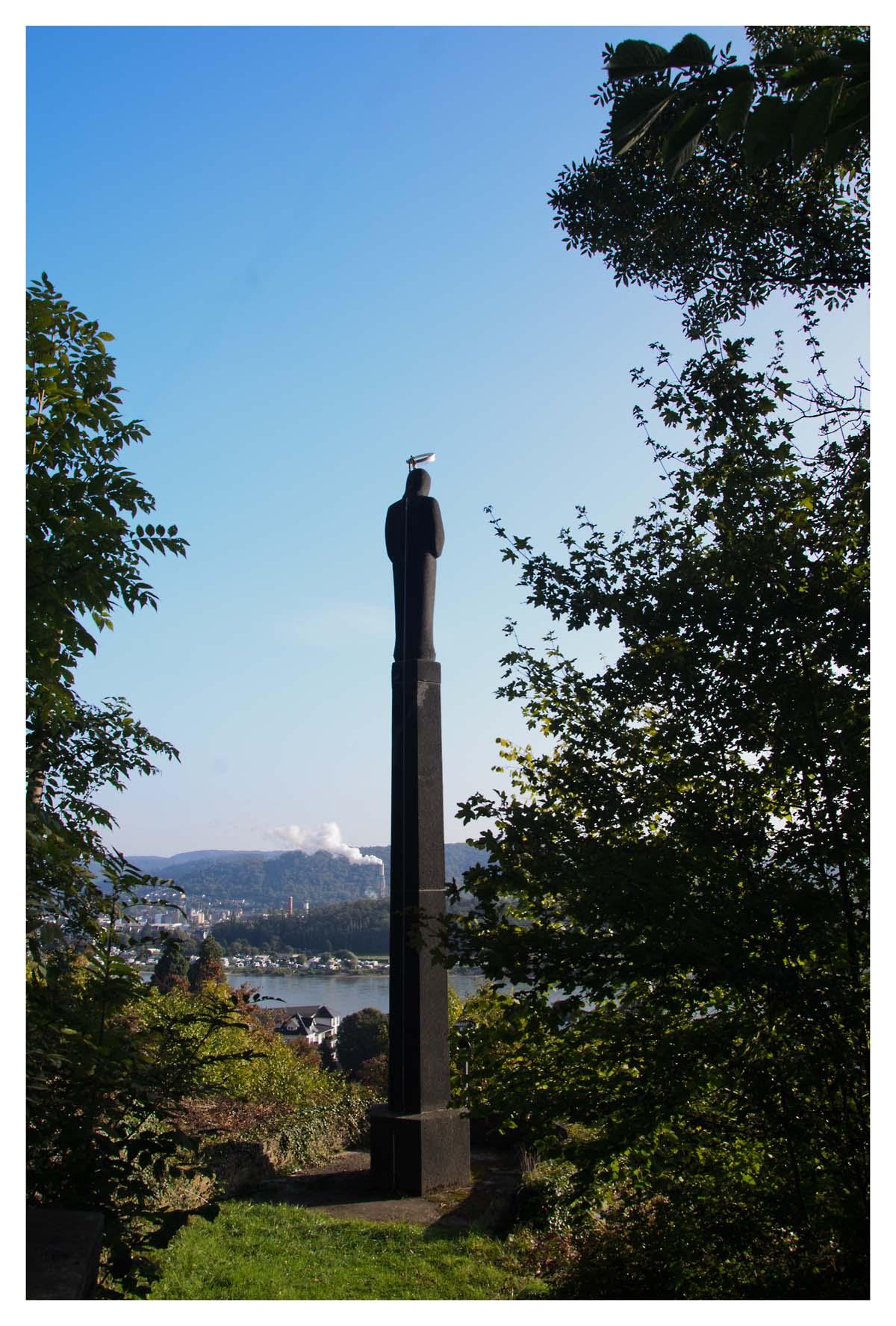 Die Mariensäule Sie wurde 1957 erbaut um dafür zu danken, dass die unterhalb der Säule befindliche Marienquelle wieder sprudelt, die im Krieg durch Bombenabwürfe zugeschüttet wurde.