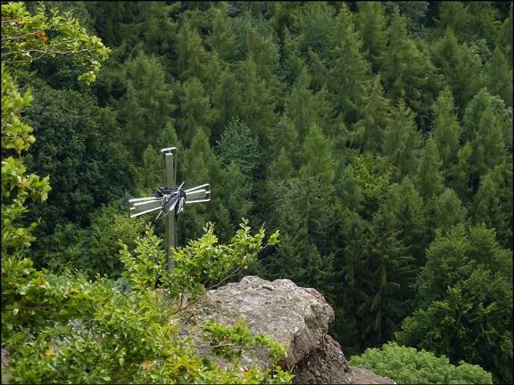 Ein Kreuz dessen Bedeutung ich nicht erfahren konnte, steht auf einem Felsen unter dem Palas