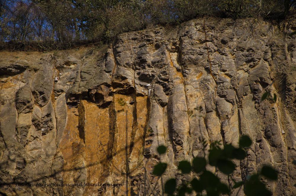 In der Wand die Abbauflächen sehen mit etwas Fantasie aus, wie Figuren und Fratzen, finde ich