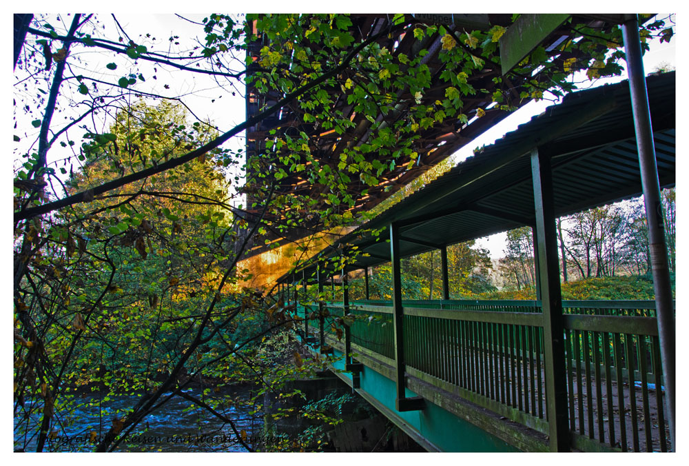Eisenbahnbrücke oben und Rad- und Fußgängerbrücke unten.