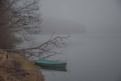 Boot in der Neyetalsperre unterhalb der Staumauer