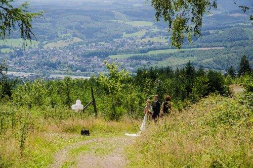 Es werden Hochzeitsfotos gemacht, wunderschön in dieser Landschaft. Ob die Ehen dadurch besser halten?