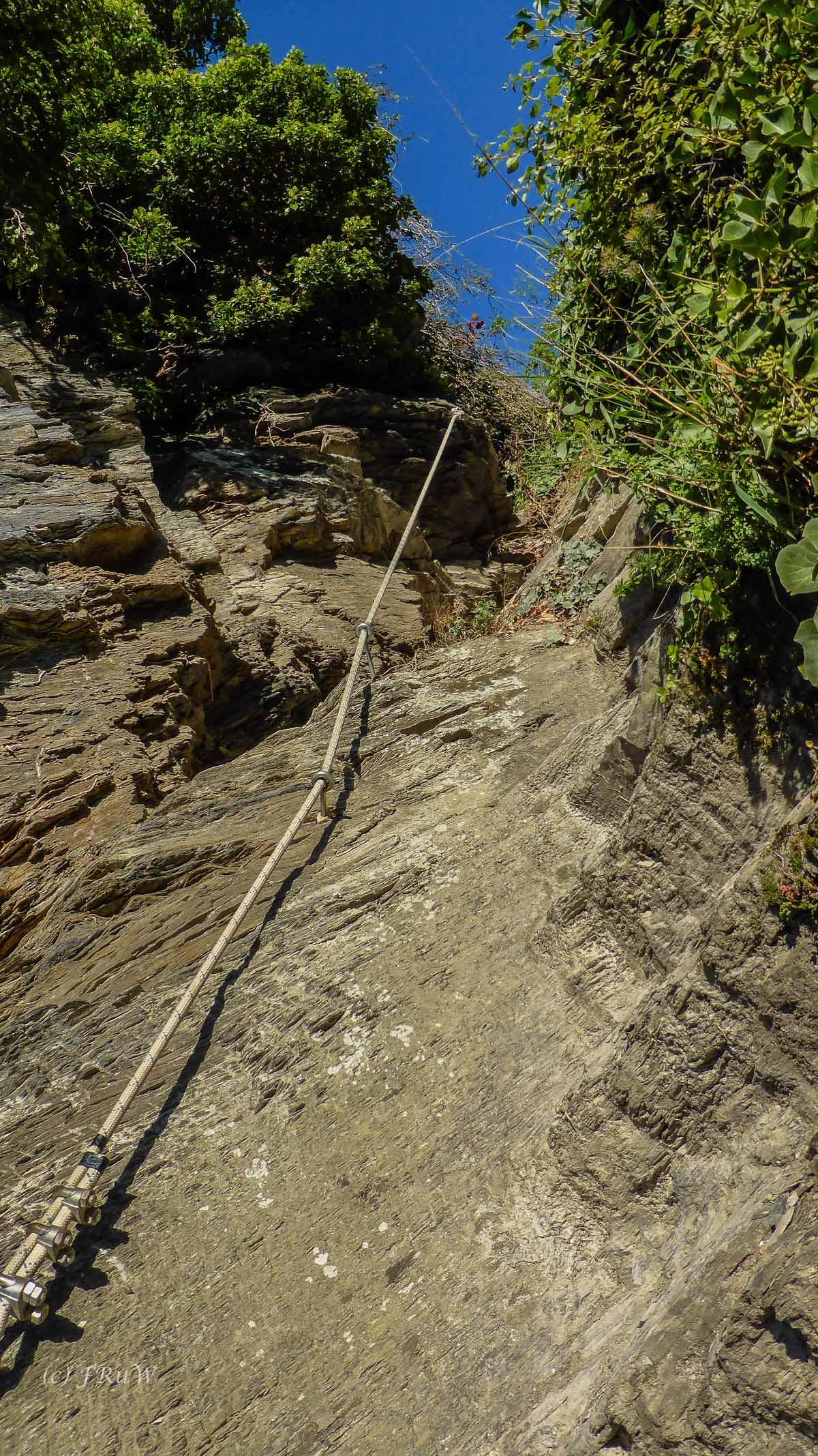 Ich muss ehrlich sagen, obwohl der Mittelrhein Klettersteig recht lang und wahrlich nicht leicht ist, empfinde ich diesen kurzen Steig als schwieriger. Die Eisen liegen recht weit auseinander, sodass kurzbeinige Menschen Mühe haben werden dort hinauf zu gelangen.
