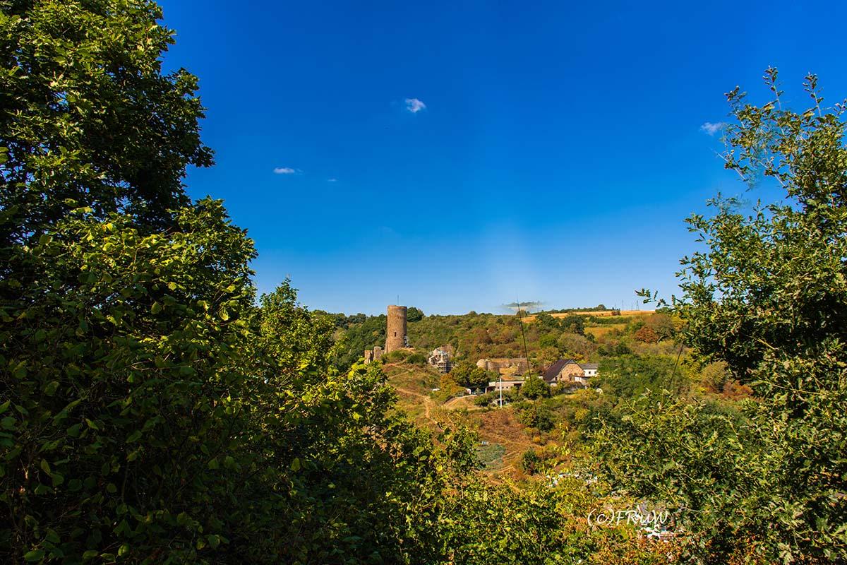 Blick von oben, auf Monreal und Ruine Löwenburg