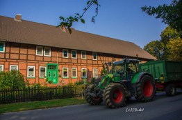 Landwirtschaftliche Fahrzeuge trifft man hier immer wieder
