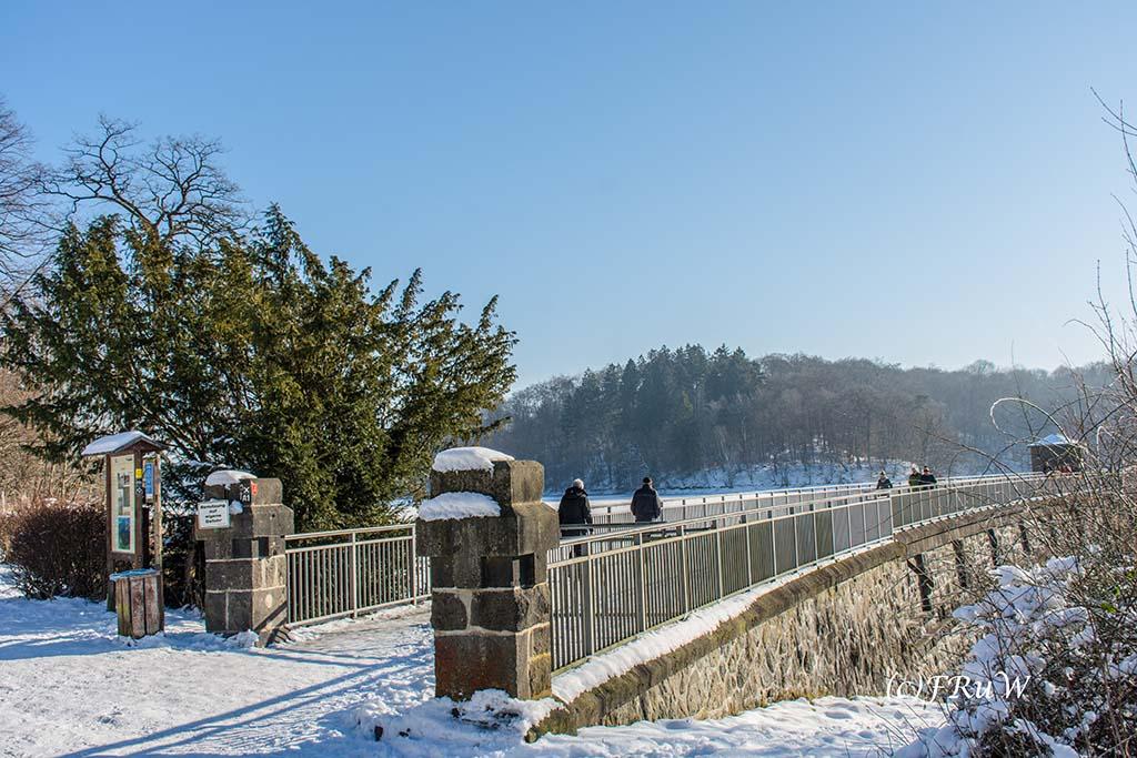 Staumauer der Neyetalsperre - Wunderbare Winter Wanderungen NRW