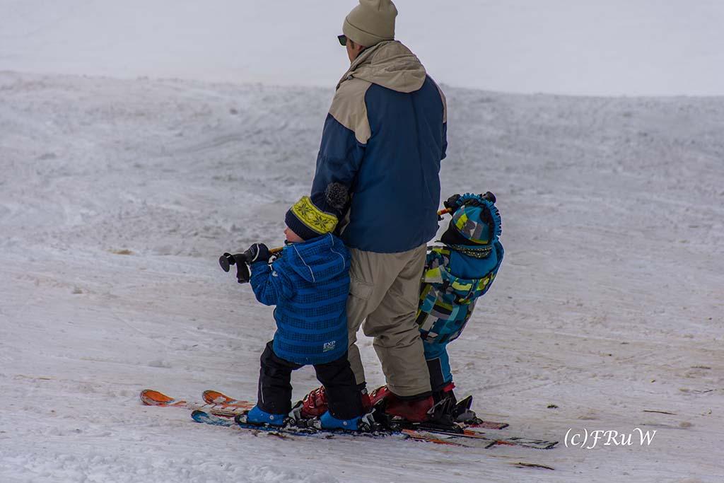Papa und zwei Kinder im Schnee - Schneewanderung in Arft