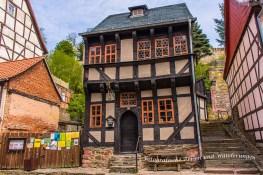 """Das Museum """"Kleines Bürgerhaus"""" Zu den ältesten erhaltenen Wohngebäuden Stolbergs gehört das um 1470 erbaute kleine, zweigeschossige Fachwerkhaus. Sie finden es in der Rittergasse 14, ca. 150 m vom Marktplatz entfernt. Das ausgestellte Mobiliar und der Hausrat aus dem 17. bis 19. Jahrhundert vermitteln einen lebendigen Eindruck von den Lebensgewohnheiten und der Wohnkultur dieser Epochen. Interessant sind vor allem eine kleine Schusterwerkstatt und eine Kücheneinrichtung. Anschrift: Museum Kleines Bürgerhaus Rittergasse 14 06536 Südharz/ OT Stolberg"""