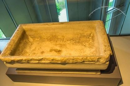 Das Grab eines Kindes (ein Wasserbecken dient hierzu als Gefäß)