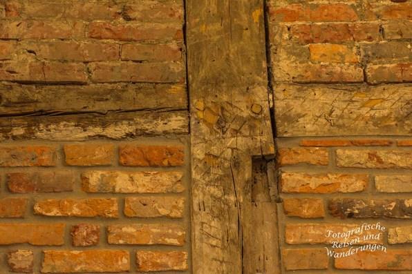 Wand mit Holzbalken im Küsterhaus - Jetzt Tourist Information