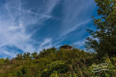 Ein Blick auf die Hütte oben am Felsen der Bunten Kuh
