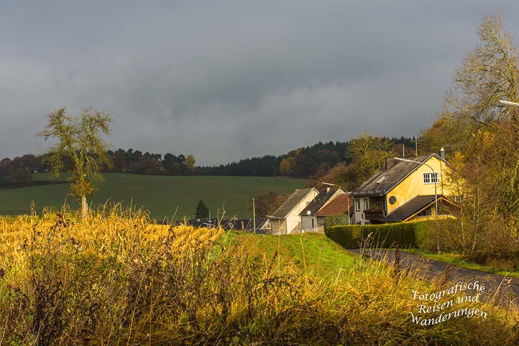 Herbstsonne auf dem Ort Brücktal