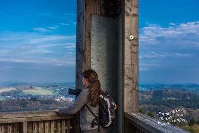 Tanja hält sich noch etwas unsicher am Geländer fest....