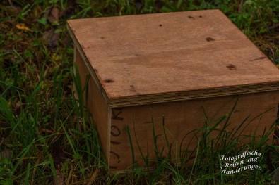 Kisten mit Leckereien für Wildschweine. So genannte Kirrungen werden platziert, um das Wild schießen zu können