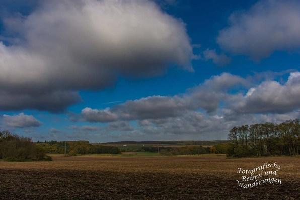 Acker und dahinter ein Ort - Herbststimmung - Die Wolken hängen tief