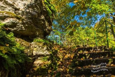 Steinerne Treppen hinauf zum Felskegel der Burgruine Hunolstein