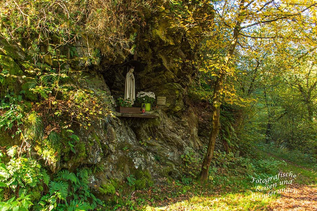 Marienfigur in einer Grotte