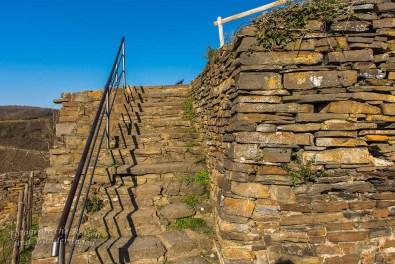 Hinauf zum überdachten Gipfelhaus Burg Are