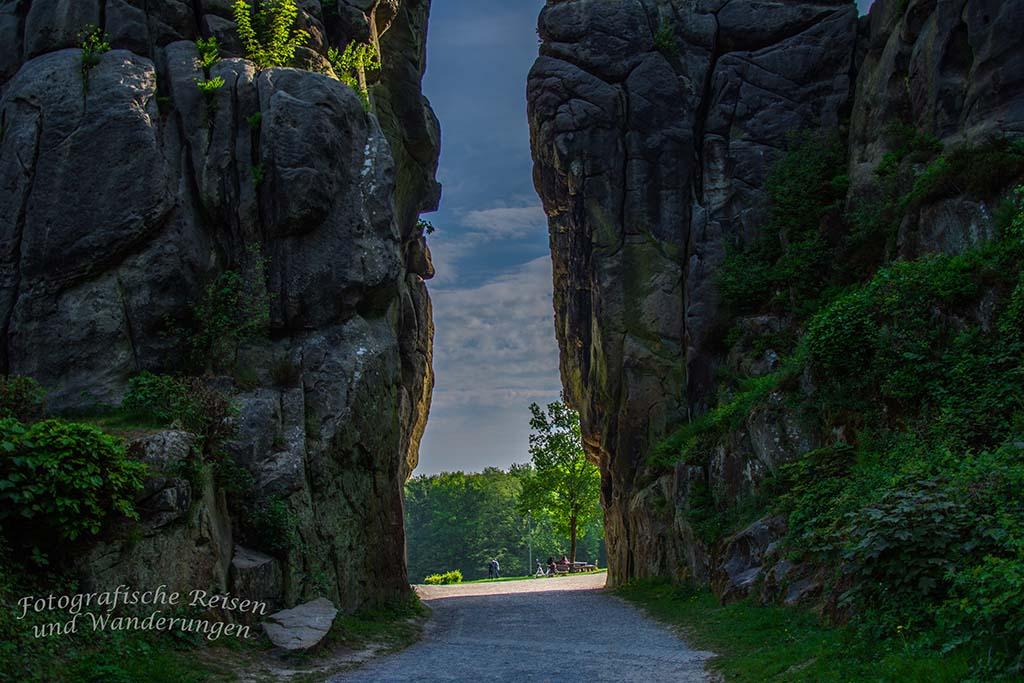 Blick durch die Felsenwände an den Externsteinen