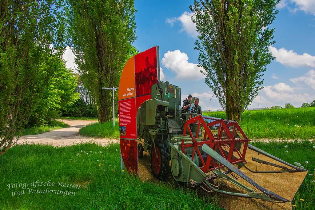 Moderne Maschinen in der Landwirtschaft. Damit die großen Maschinen eingesetzt werden konnten musste viele kleine Flächen zusammen gelegt werden (Flurbereinigung)