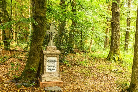 Bürger der Orte in der Eifel spenden häufig solche Steine und Kreuze