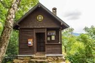 Bergwachthütte mit Notrufsäule
