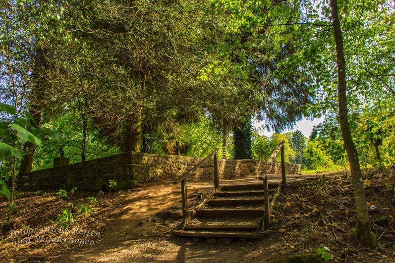 Treppe zum Friedhof