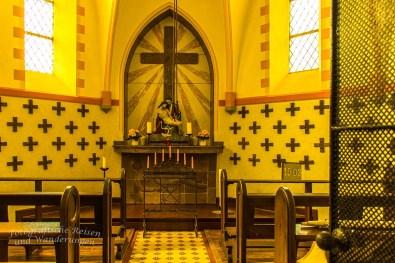 Hier sieht man die Kreuze in der Kapelle