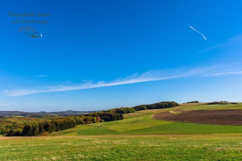 Weite Felder, die Ernte ist längst eingefahren - Über die Höhen der Ahreifel