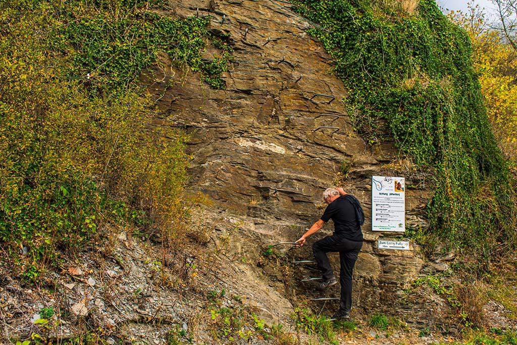 Ein Schild warnt vor der Gefahr im Collis Klettersteig