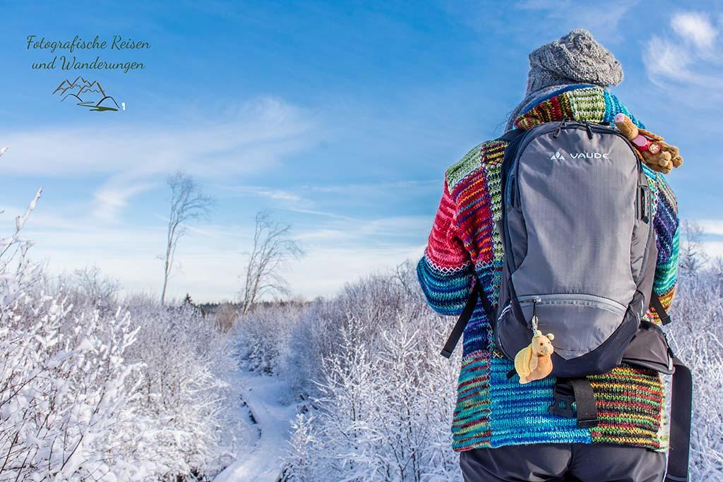 Auf in Das Königliche Torfmoor im Schnee - Tanja ist bunt gekleidet