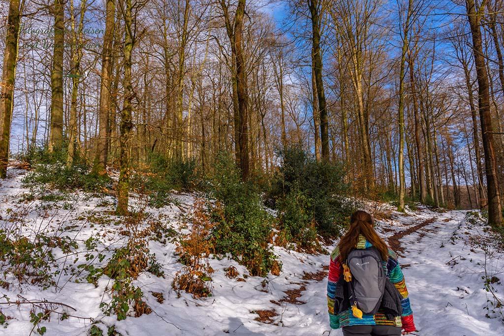 Tanaj gibt dem Weg Farbe, wegen ihrer bunten Jacke - Wandern in der Bergische Schweiz