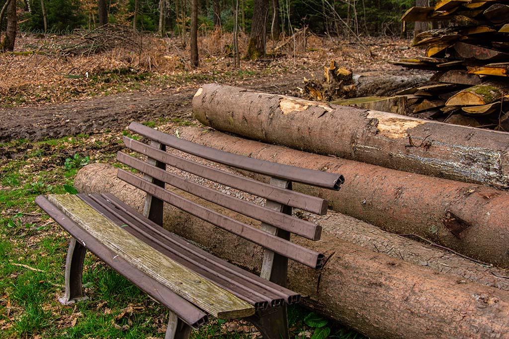 Plastikbank mit Holzbrett