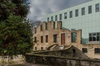 Haus Weitma mit den Schattenrissen in der Glasfassade
