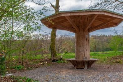 Ein Holzkonstrukt in Pilzform