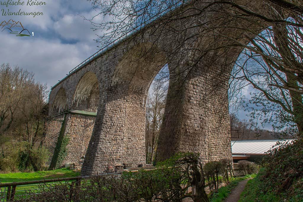 Sehr hohe Eisenbahnbrücke auf dem Eifelsteig Etappe 1