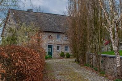Buchenhecken und Bruchsteinhaus