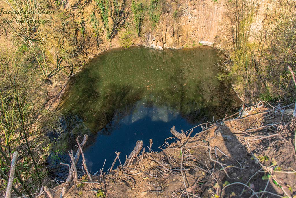 Blauer See von oben betrachtet - Felsen und Höhlen im Siebengebirge