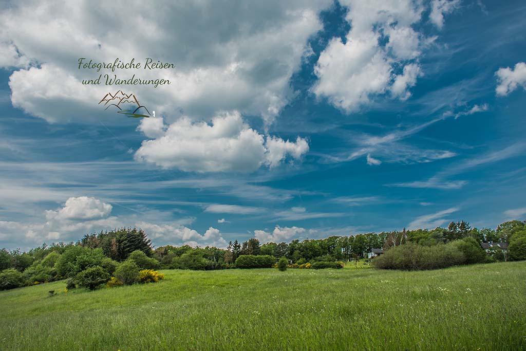 Dicke helle Wolken am blauen Himmel - Abenteuer Wanderung im Sahrbachtal