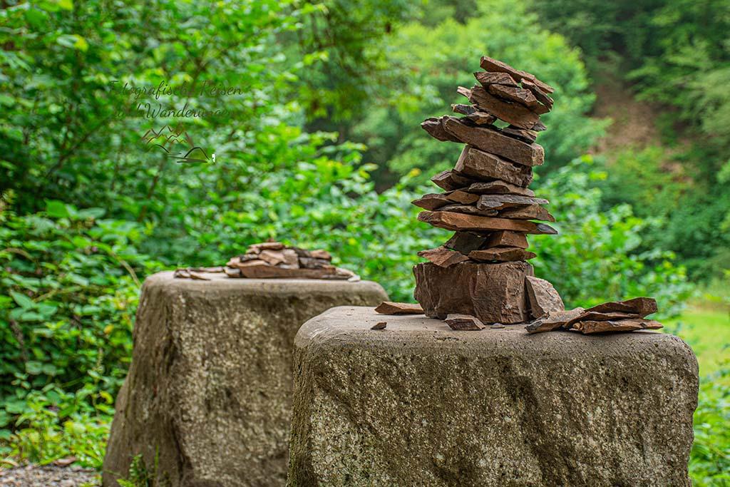 Steinhäufchen auf dem Achtsamkeits-Pfad Kleine Kyll