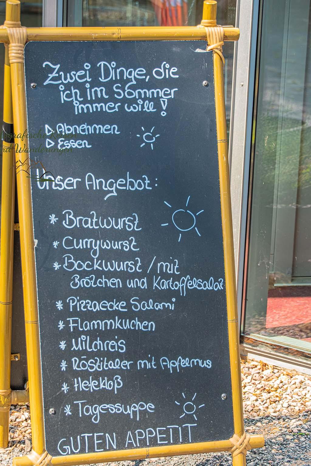 """Schild am Restaurant """"Zwei Dinge, die ich im Sommer will!"""" Abnehmen und Essen"""