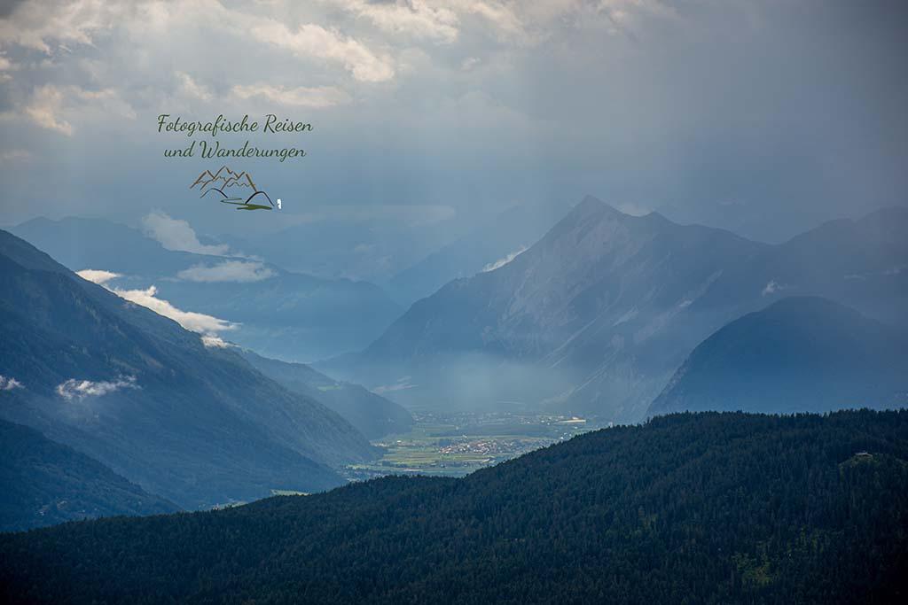 Sonne und Regen fern im Tal - Zugspitze wandern