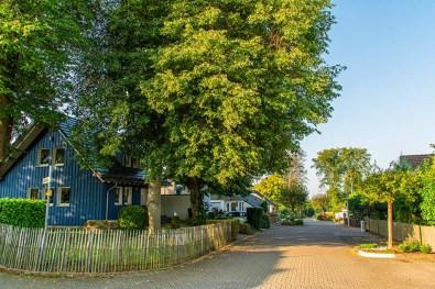 Blaues Holzhaus im Ortsinneren von Nauort