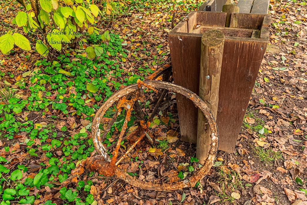 Reste eines Fahrrades, vermutlich aus der Erft