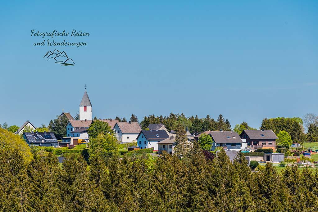 Blick zurück auf Hollerath und die Kirche
