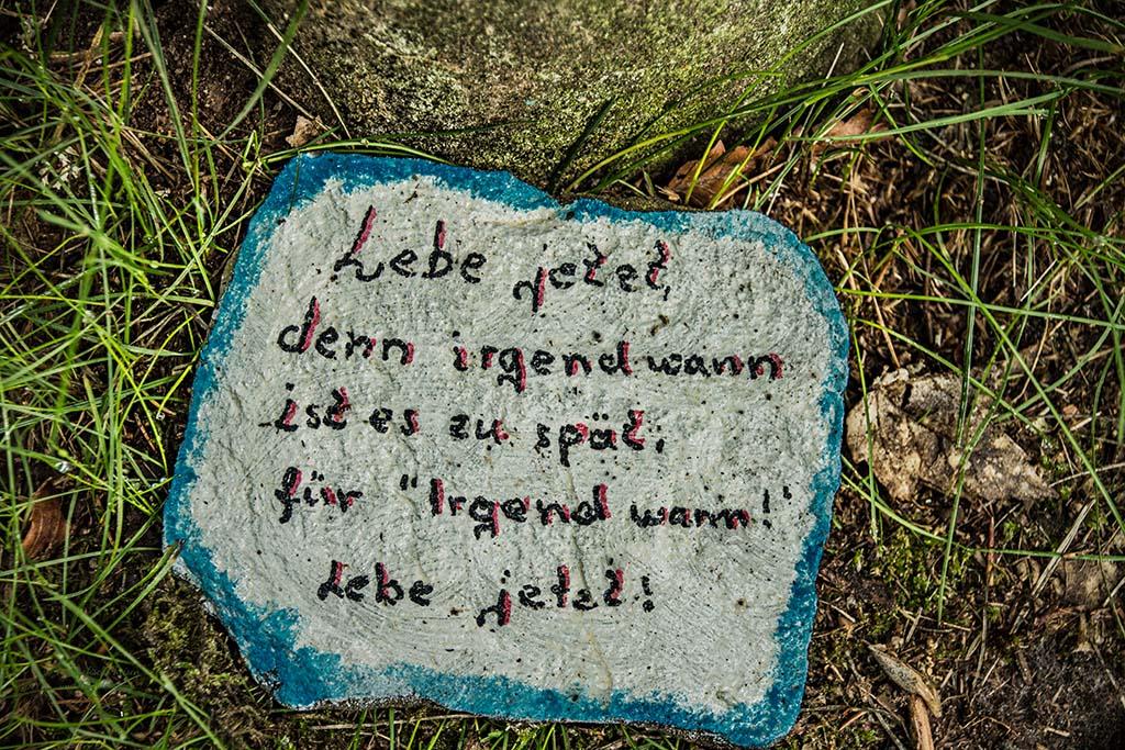 Spruch auf Stein