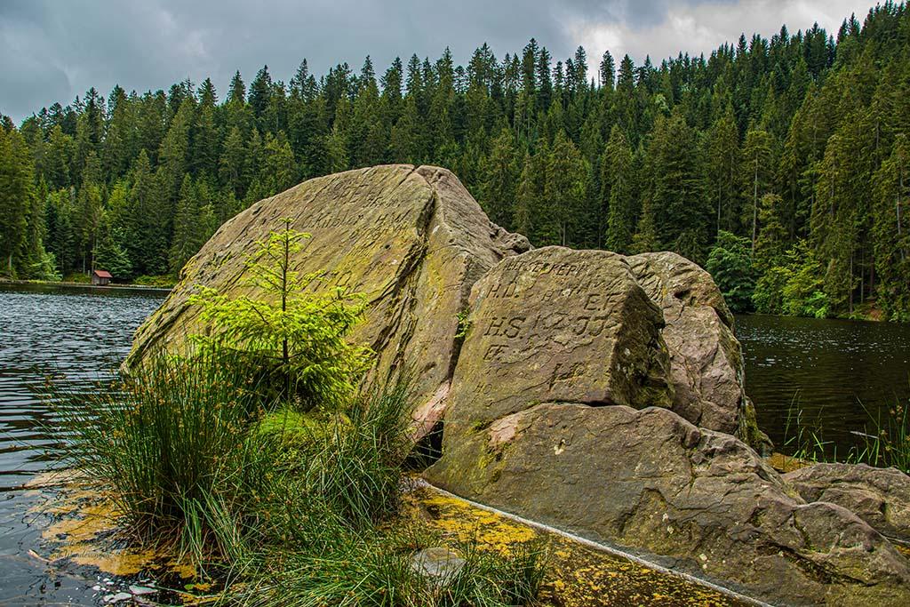 Dicker Fels im Glaswaldsee