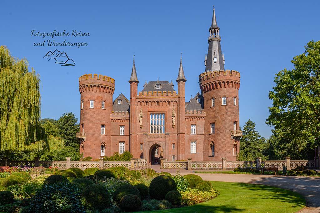 Frontal vor dem Schloss