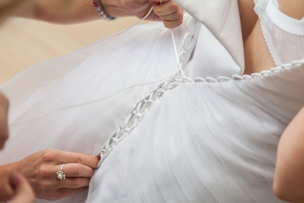 FOTO: Svatební přípravy šněrování