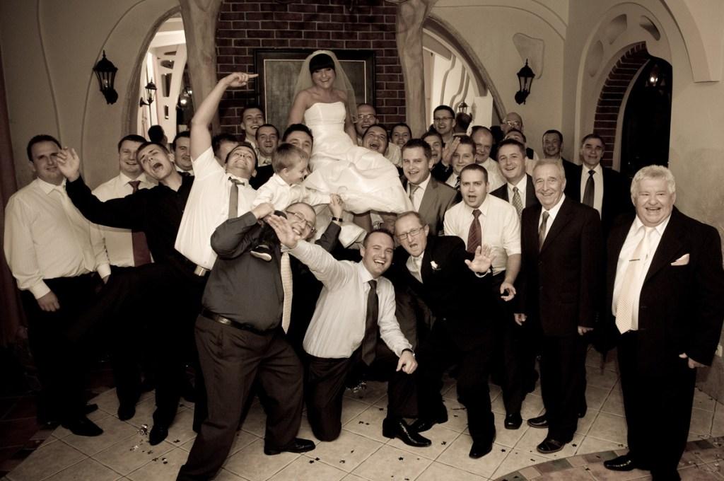Pani Młoda z wszystkimi panami obecnymi na weselu
